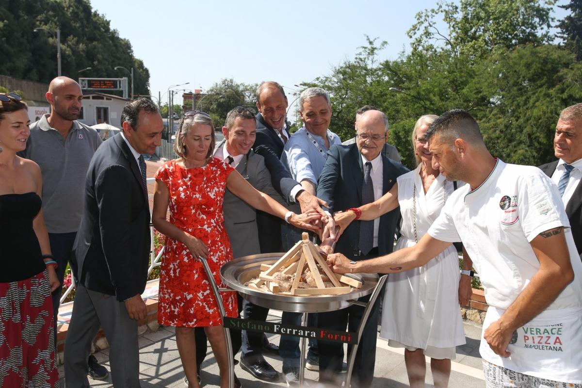 Ad accendere il forno olimpico il presidente AVPN, la madrina Martha de Laurentiis e Maurizio De Giovanni