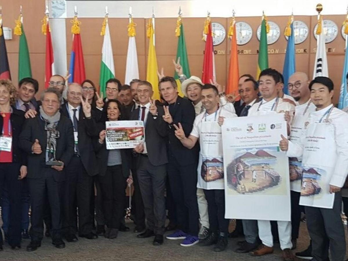 """La statua del """"Pizzaiolo Verace"""" è il regalo dei pizzaioli napoletani  alla città di Napoli per festeggiare il riconoscimento dell'Unesco."""